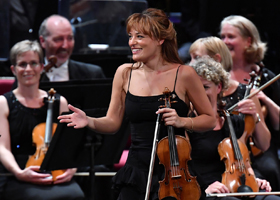 Nicola Benedetti playing Auld Lang Syne